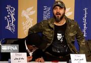 عکس | تصویر روی پیراهن کامبیز دیرباز در نشست خبری «خروج» سوژه عکاس شد