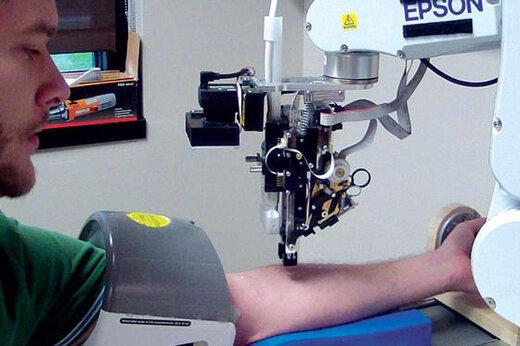 ببینید | آزمایش موفق اولین رباتی که از انسان خون میگیرد