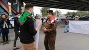 تصاویر| استقبال نیروهای امنیتی از دانشجویان معترض در کربلا با گُل