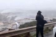 فیلم | برعکس شدن جریان آبشار بر اثر طوفان و باد شدید!