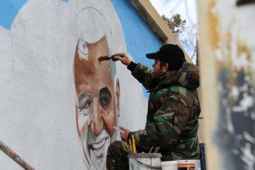 ببینید | نقاشی چهره شهید حاج قاسم سلیمانی روی دیوار روبروی حرم حضرت زینب(س)