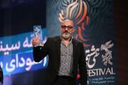 ببینید | امیر آقایی در لحظه دریافت سیمرغ بهترین بازیگر نقش مکمل مرد و سانسور صحبتهایش در تلویزیون