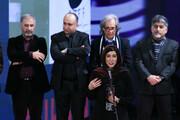 ببینید | نازنین احمدی در لحظه دریافت سیمرغ بهترین بازیگر زن