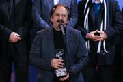 فیلم | لحظه اهدای سیمرغ بهترین فیلم سی و هشتمین جشنواره فیلم فجر