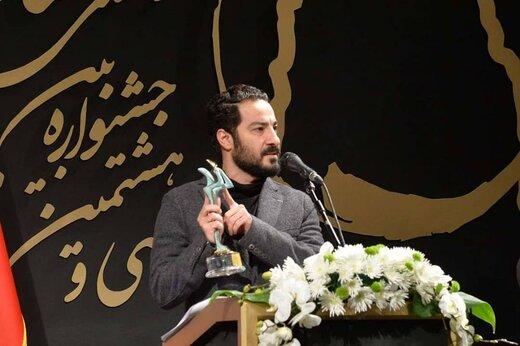عکس یادگاری نوید محمدزاده با مهمترین جایزه زندگیاش