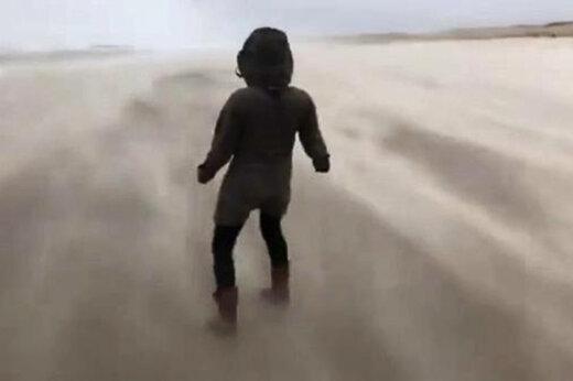 ببینید | مقاومت یک فرد در مقابل تندباد سیارا در ساحل هلند