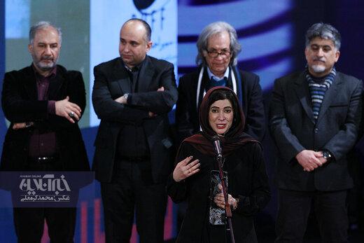نازنین احمدی برنده سیمرغ بهترین بازیگر نقش اول زن در اختتامیه سی و هشتمین جشنواره فیلم فجر