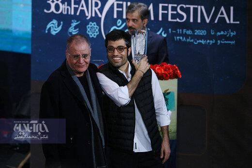 رسول صدرعاملی و محمد کارت برنده سیمرغ بهترین فیلم از نگاه مردم در اختتامیه سی و هشتمین جشنواره فیلم فجر برای فیلم «شنای پروانه»