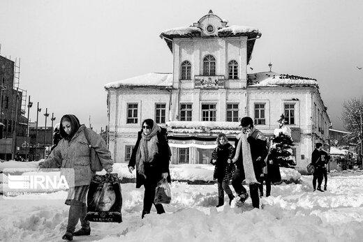 کوچه های بدون ماشین در روز برفی