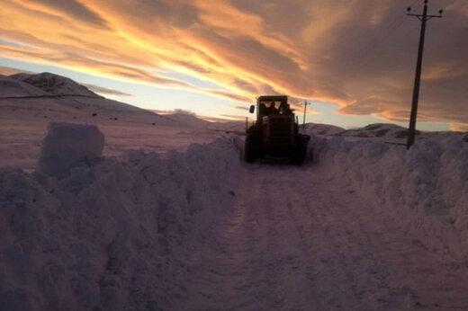 ببینید | دردسرهای برف ۶ متری در جاده مهاباد - بوکان