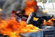 ببینید | تصویر رویترز از حرکت عجیب یک معترض عراقی