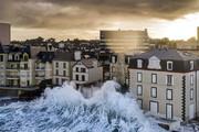 تصاویر | امواج ترسناک در فرانسه را ببینید
