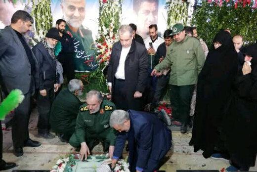 عکسی از مقام بلندپایه سپاه بر سر مزار سردار سلیمانی
