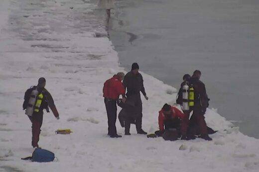 ببینید | نجات دراماتیک: مردی که از آبهای یخی دریاچه میشیگان بیرون کشیده شد