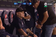 ببینید | مارادونا در این صحنه روی نیمکت مواد مصرف میکند؟