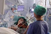 ببینید | ویولن نوازی یک بیمار حین جراحی مغز در انگلیس