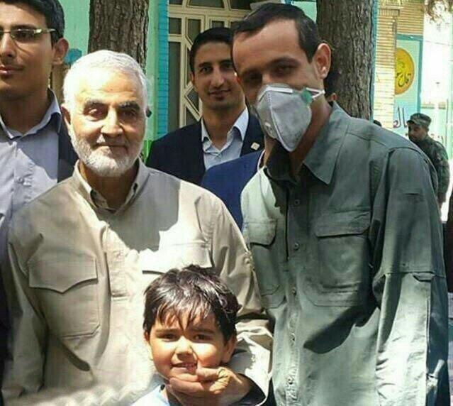 تصویری از آخرین رای سردار شهید سلیمانی در انتخابات ریاست جمهوری سال ۹۶ در کنار جانباز مدافع حرم