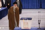 عکسی متفاوت از لحظه رأی دادن رهبر انقلاب