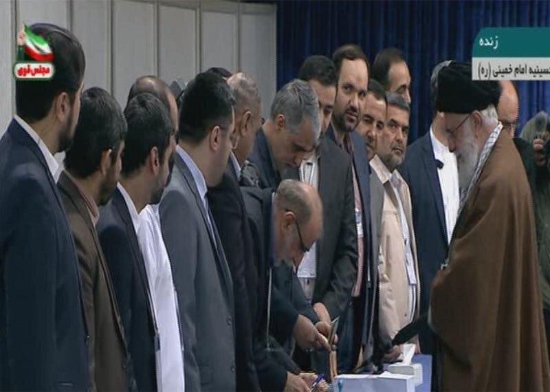 رهبر معظم انقلاب در پای صندوق رای حضور پیدا کردند و رای خود را به صندوق انداختند.
