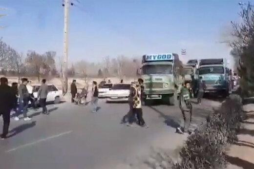 ببینید   بستن خیابان با خودرو و کامیون توسط هواداران سپاهان