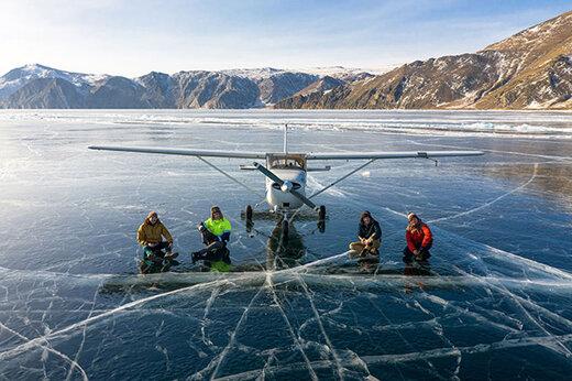 ببینید |  فرود یک هواپیما روی سطح یخ زده عمیقترین دریاچه جهان