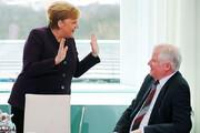 ببینید | وزیر کشور آلمان با آنگلا مرکل دست نداد