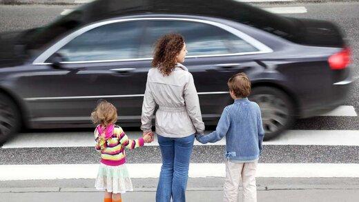 خودروهای گران قیمت کمتر از دیگر خودروها به عابران پیاده راه میدهند