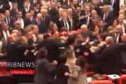 ببینید | بزن بزن در مجلس نمایندگان ترکیه بر سر جنگ ادلب!