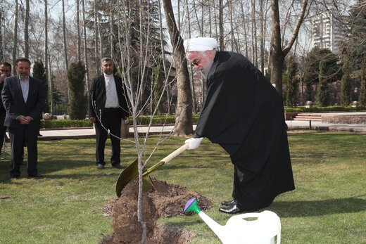 President Rouhani plants sapling on national Arbor Day