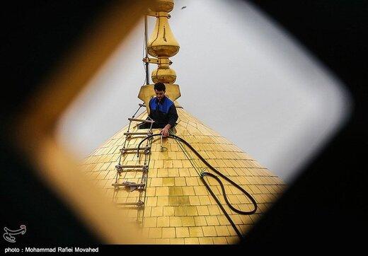 شستشوی گنبد حرم حضرت معصومه (س) در آستانه سال جدید