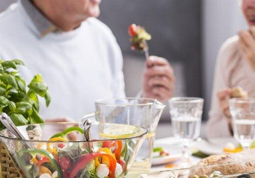 """راهکارهای تغذیهای برای مقابله """"سالمندان"""" با کرونا"""