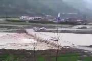 ببینید   حرکت عجیب و خطرناک راننده خودروی پراید بر روی پل سیلابی