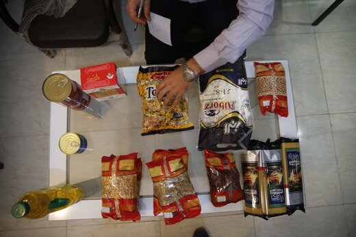 توزیع بسته های اقلام غذایی میان نیازمندان شوشتر