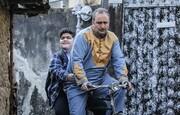 ببینید | عکسی دیدنی از بهبود فریبای «سریال پایتخت» و پسرش سوار بر دوچرخه