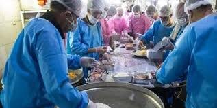 توزیع غذای متبرک حرم رضوی در بیمارستان های کرونایی فارس