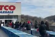 ببینید | هجوم مردم نیویورک به فروشگاهها برای خرید کالاهای ضروری به روایت شبکه سعودی