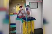 ببینید | حرکت زیبا و فراموش نشدنی کادر درمانی در اسپانیا و تقدیر از کادر نظافتِ بیمارستان