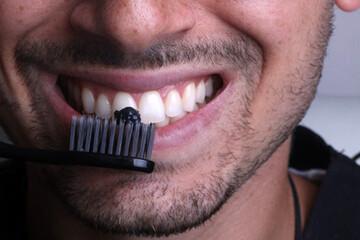 ۱۳ روش ارزان و خانگی برای سفید کردن دندانها