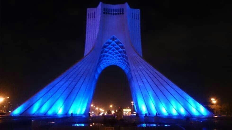 برج آزادی به مناسبت روز جهانی اوتیسم در شامگاه پنجشنبه ۱۴ فروردین آبی شد