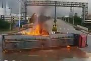 ببینید | صحنه تصادف شدید جرثقیل با تانکر حمل سوخت در چین