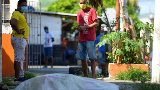واکنش اکوادور به رها شدن اجساد جانباختگان کرونا در خیابانها/عکس
