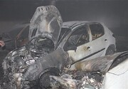 عملیات رهایی ۴۰ نفر پس از آتش گرفتن ۳ خودرو در یک مجتمع مسکونی/ تصاویر