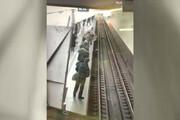 ببینید | لحظه سقوط به ریل مترو، چند ثانیه پیش از ورود قطار