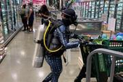 عکس | خرید با لباس غواصی برای محافظت در برابر کرونا!
