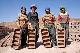 محیط کار و زندگی کارگران کورهپزخانههای اصفهان ضدعفونی نشده/ ۱۵ نفر زیر یک سقف ۵۰ متری!