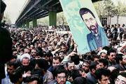 ببینید | لحظاتی کمتر دیده شده از حضور رهبرانقلاب در تشییع پیکر شهید آوینی