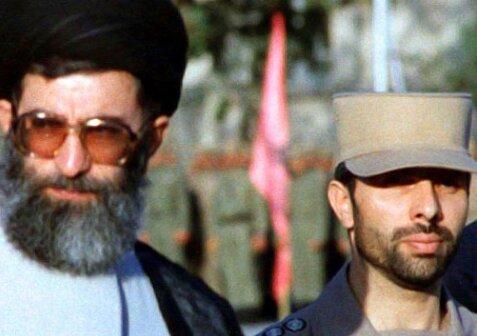بوسه رهبر انقلاب بر تابوت شهید صیاد شیرازی +عکس