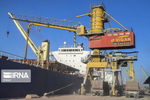 25 ships unloading fundamental goods in Iranian ports