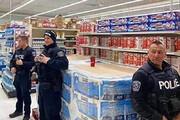 ببینید | اخراج شهروند سیاهپوست آمریکایی از فروشگاه بدست پلیس به علت استفاده از ماسک!