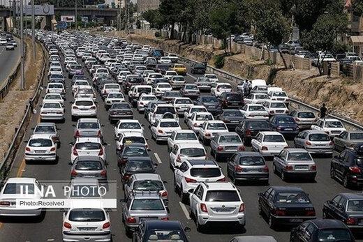 ترافیک سنگین در آزادراه قزوین_کرج_تهران/بارش باران در محورهای مواصلاتی ۱۷ استان